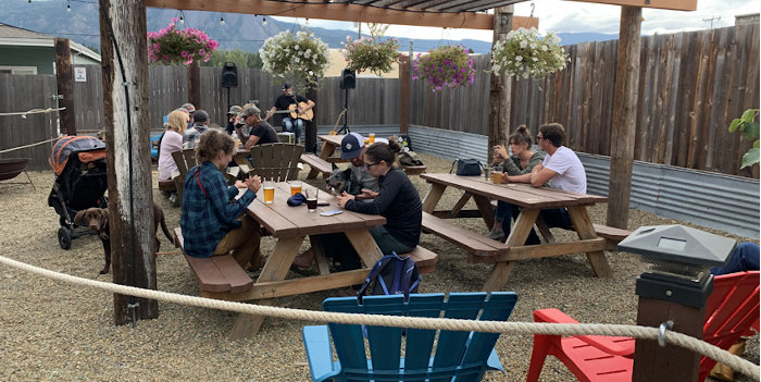 Outdoor seating area at Mule and Elk Brewing in Cle Elum.